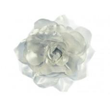 bloem corsage met organza bladeren zilver