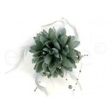 bloem corsage met parels en veertjes grijs