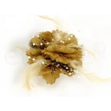 bloem corsage met witte parels en veertjes beige